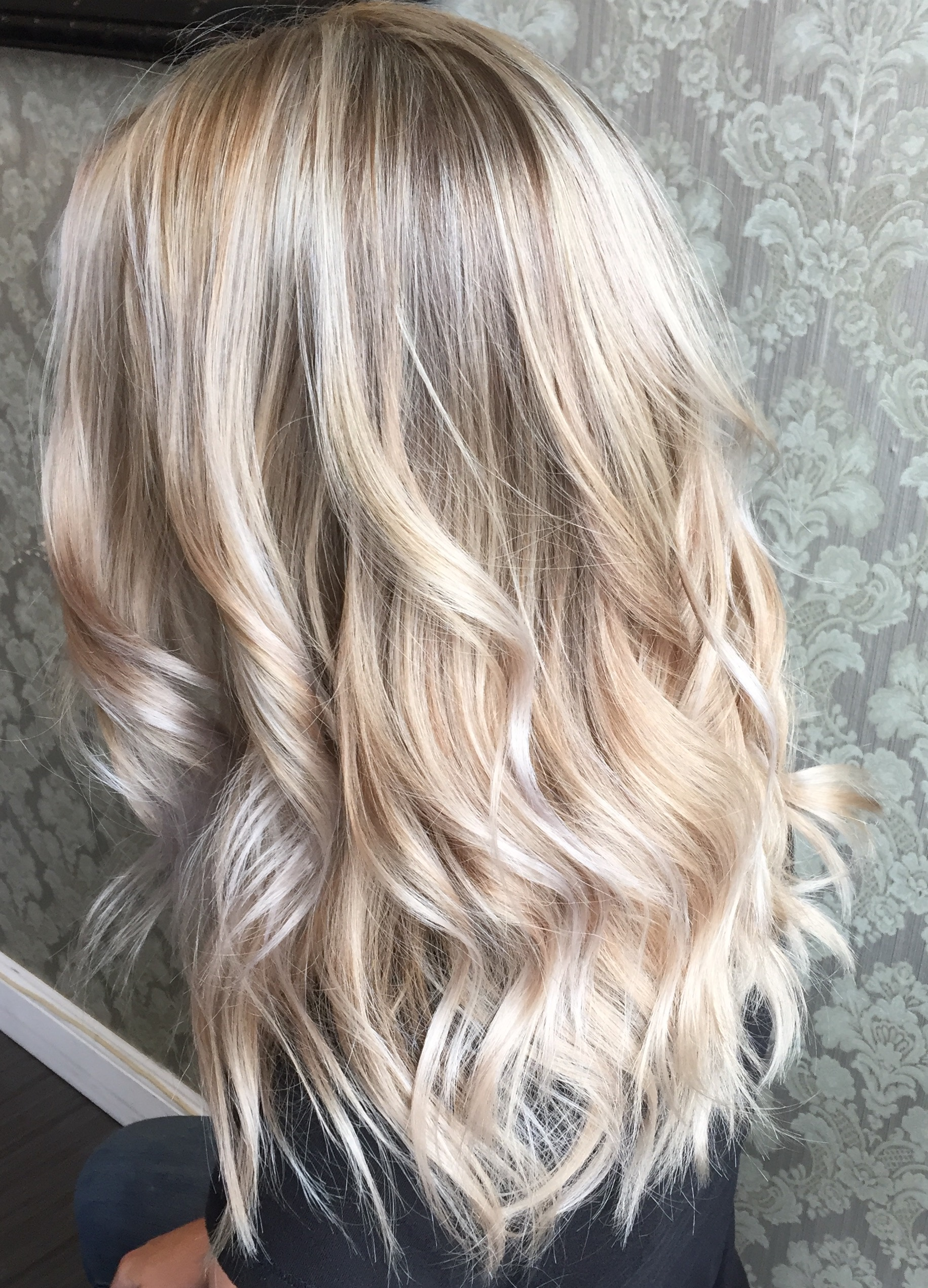 Amazing dimensional blondes by awardwinning salon owner Keris Weir kerisweir Another one hair salon makeover using my signature balayage free lights contour